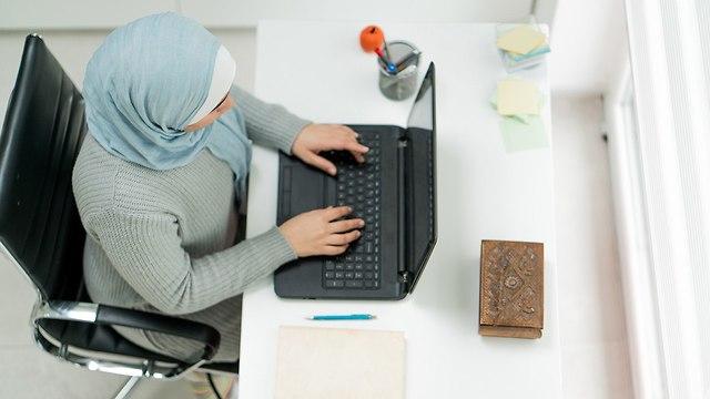 אילוסטרציה סטודנטית מוסלמית (צילום: shutterstock)