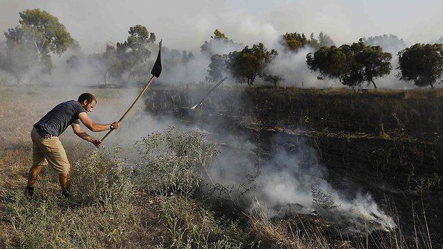 כיבוי שריפה בכיסופים  (צילום: AFP)