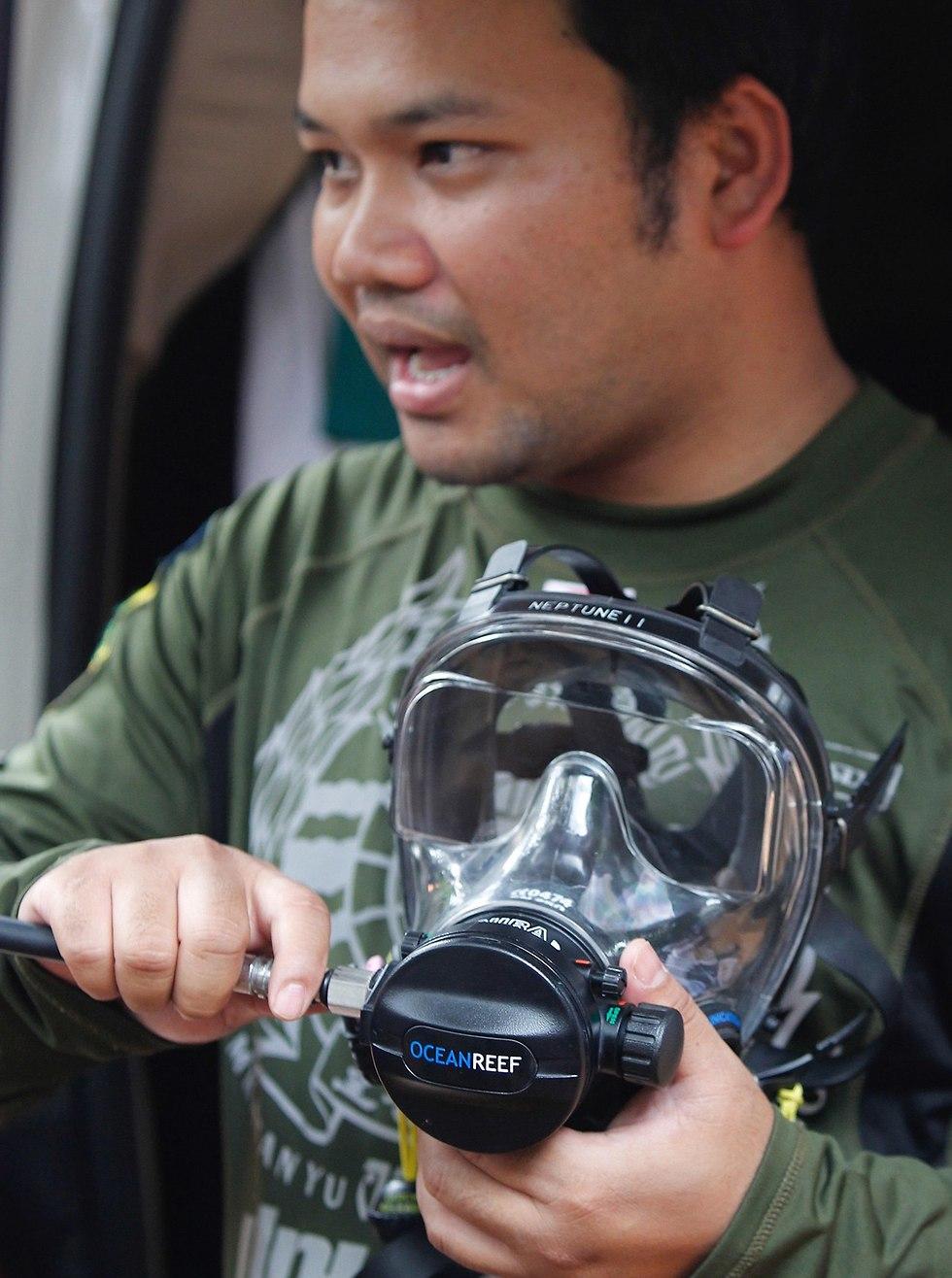 Дайвер с кислородной маской. Фото: EPA