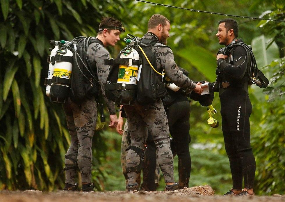 הכנות לחילוץ הנערים מהמערה (צילום: AP)