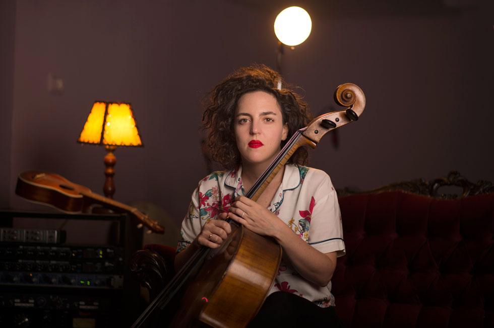 """מאיה בלזיצמן. למטה: הביצוע שלה ל""""היי שקטה"""" של רחל שפירא ויהודה פוליקר (צילום: יובל חן)"""