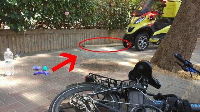 גבר נפגע בראשו מחפץ שנפל מגובה כשרכב על אופניים חשמליים סמוך לאתר בנייה ברחוב אצ