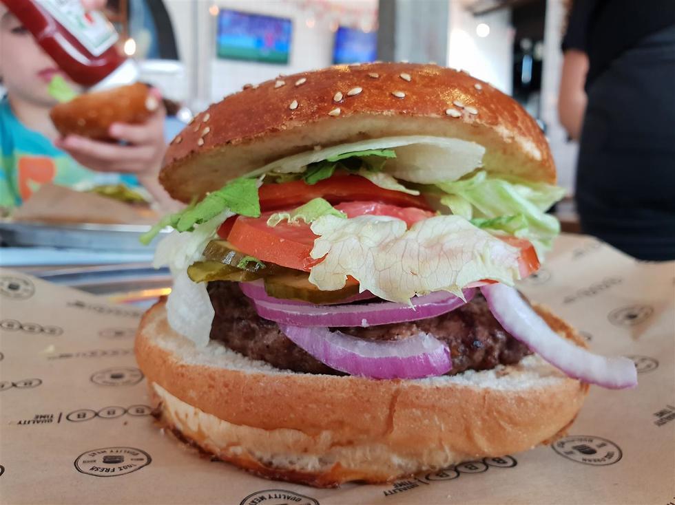 טעימות המבורגרים (צילום: יהודה נהר)