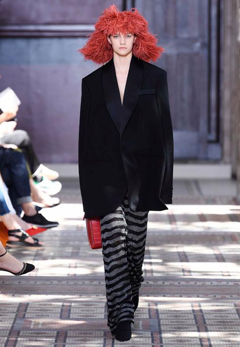 בית האופנה של המעצבת המנוחה סוניה ריקל חגג 50 שנה להקמתו והציג לראשונה בשבוע הקוטור. אי אפשר היה לפספס את המחווה למייסדת של ממשיכת דרכה, המעצבת ג'ולי דה ליברן, עם דוגמנית בפאת נוצות אדומה שהזכירה את השיער הנודע של ריקל (צילום: rex/asap creative)