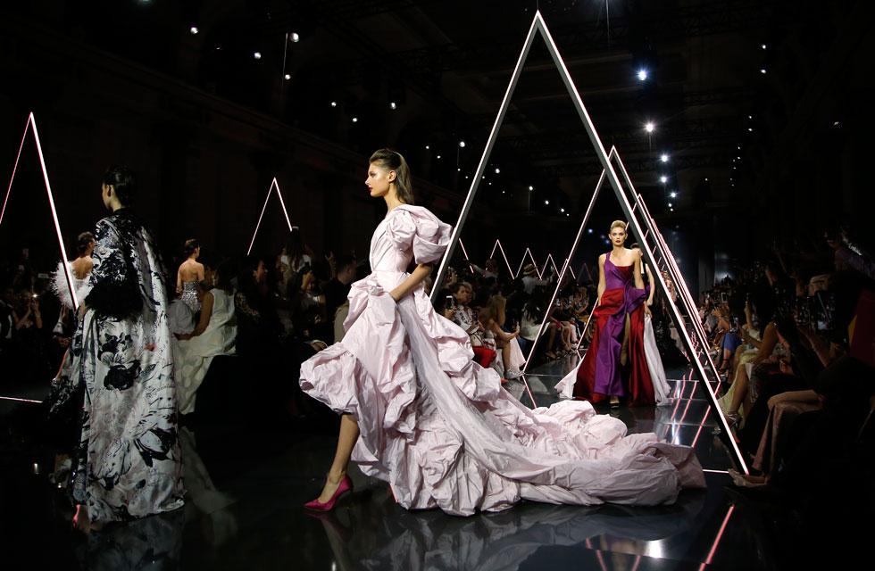 בניגוד לשמועות, בית האופנה ראלף & רוסו אומנם לא עיצב את שמלת הכלה של מייגן מרקל, אך התצוגה שלו הפכה לאחד האירועים הלוהטים של השבוע, כשעל המסלול הוצגו שמלות ערב מפוארות ועשירות בדי משי, טאפט וסאטן (צילום: AP)