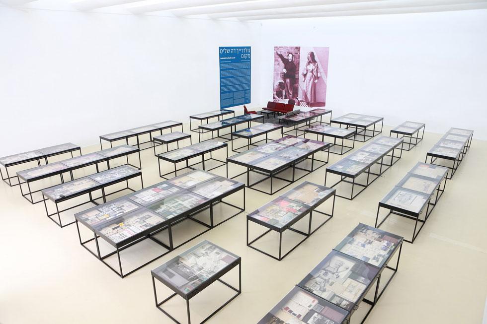 אולם התערוכה במוזיאון הרצליה. הפריטים מוצגים ב-60 מגירות שהונחו בערבוביה המדמה את מגוון תחומי יצירתם של בני הזוג, ללא סדר כרונולוגי או היררכיה נושאית (צילום: ינאי יחיאל)