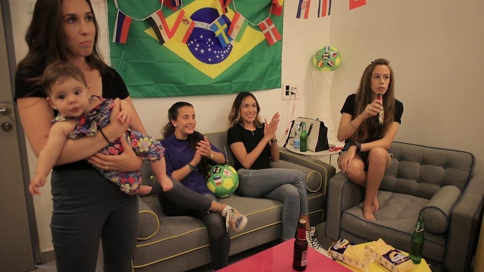 הנשים צופות במשחק במונדיאל (צילום: טל שמעוני)