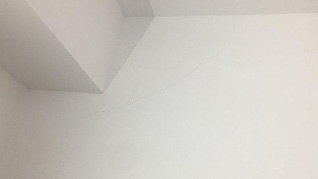 סדק בקיר בעקבות רעידת אדמה (צילום: רומי שוסטר)