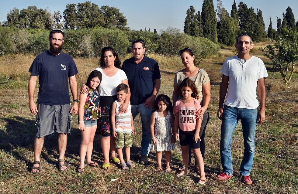 Avi Dabush, Dana Kalfa with the girls Hila and Amit, Michal and Nimrod Gal-Burgan with the children Elia and Ariel and Aharon  (Photo: Haim Horenstein)