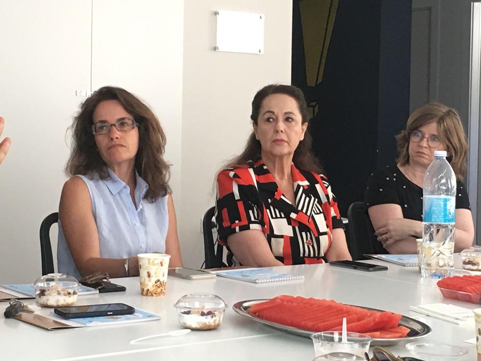 רכילות עסקית אירית איזקסון (במרכז) באחוזת שרה (צילום: יח