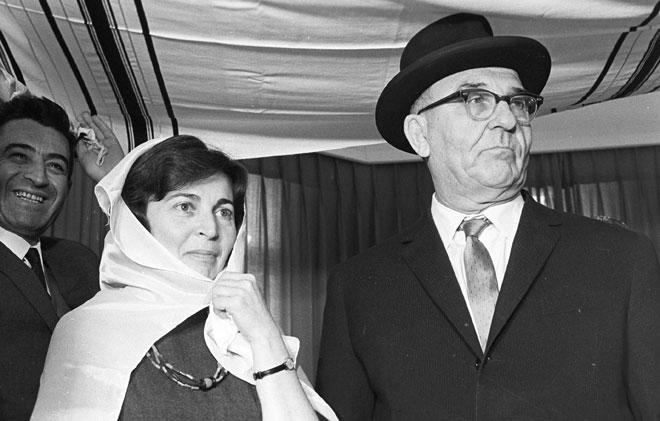 """מרס 1964: אשכול בחתונתו עם מרים, שהייתה צעירה ממנו ב-34 שנה. """"אנו מתלבשים ואוכלים היום הרבה יותר טוב"""" (צילום: דוד רובינגר)"""