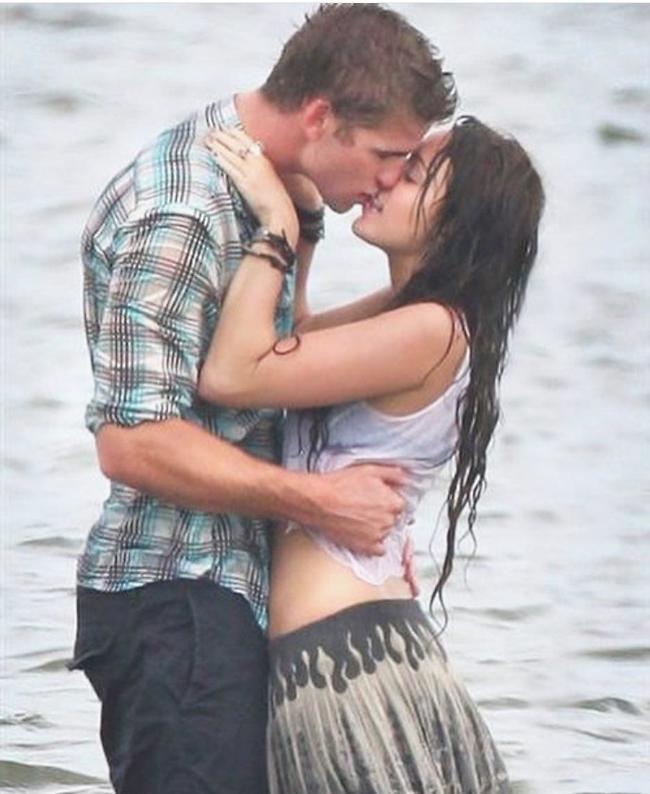 מיילי סיירוס וליאם המסוורת' מתרגלים נשיקות
