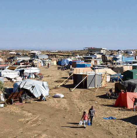 """מחנה פליטים בשטח הגולן הסורי. """"בנינו איתם אמון לאט לאט""""   צילום: איי-פי"""