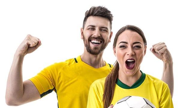 זוג אוהדי כדורגל (צילום: Shutterstock)