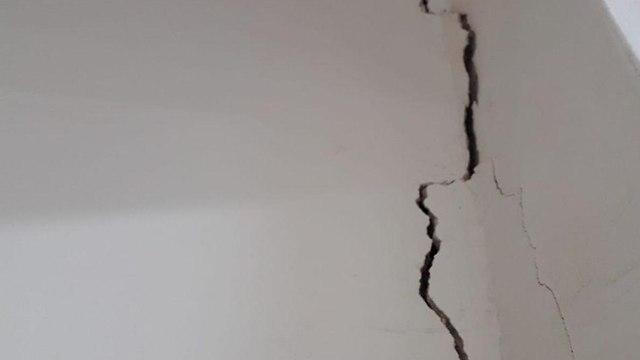 סדק בקיר בבית ספר כדורי בעקבות רעידת אדמה ()