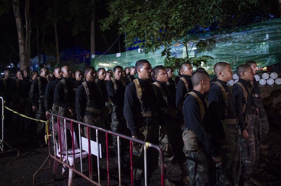 כוחות החילוץ מחוץ למערה (צילום: AFP)