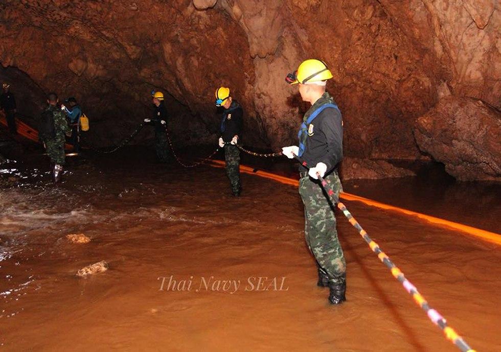 כוחות החילוץ מחוץ למערה (צילום: EPA)