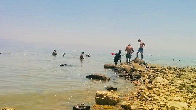 מטיילים בחוף הכנרת (צילום: רשות הכינרת)
