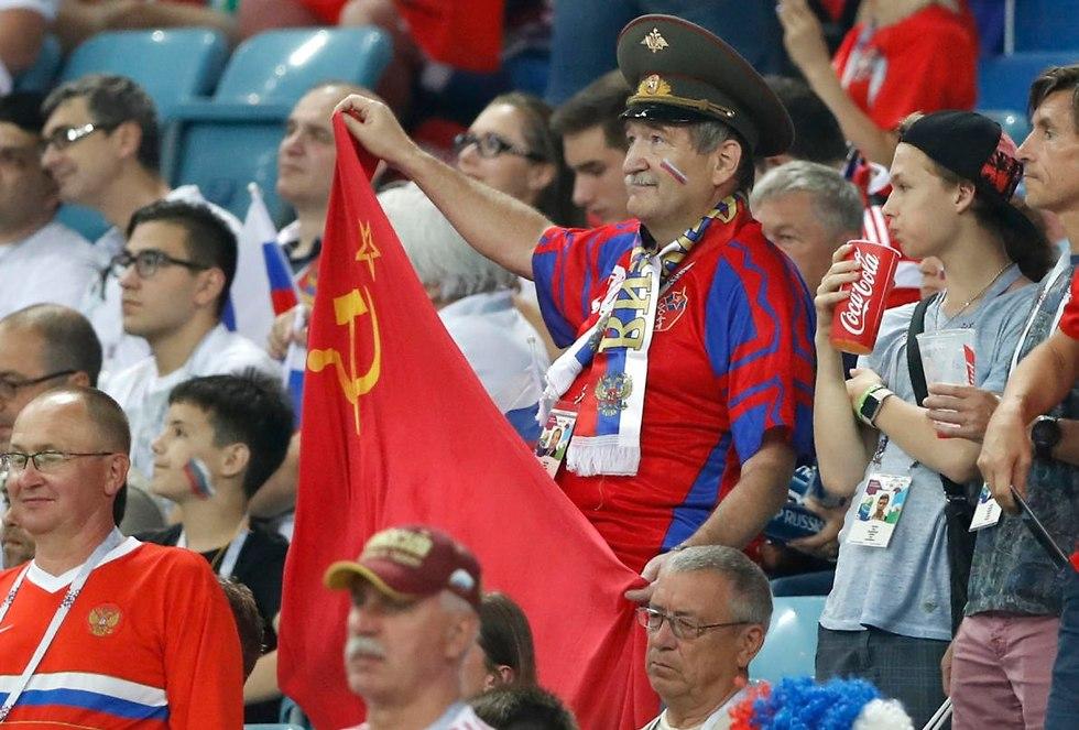 אוהד נבחרת רוסיה עם דגל ברית המועצות (צילום: AP)
