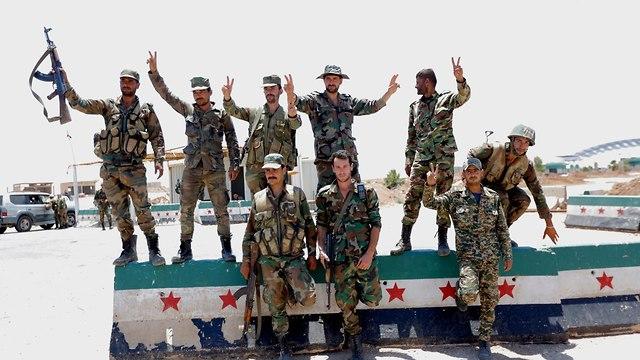 חיילים סורים במעבר הגבול נסיב מחוז דרעא דרום סוריה (צילום: EPA    )