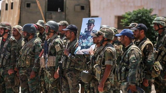 חיילים סורים חוגגים ב מחוז דרעא מעבר הגבול נסיב גבול סוריה ירדן (צילום: AFP)