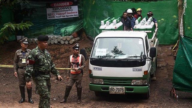 הכנות לחילוץ הנערים מהמערה (צילום: AFP)