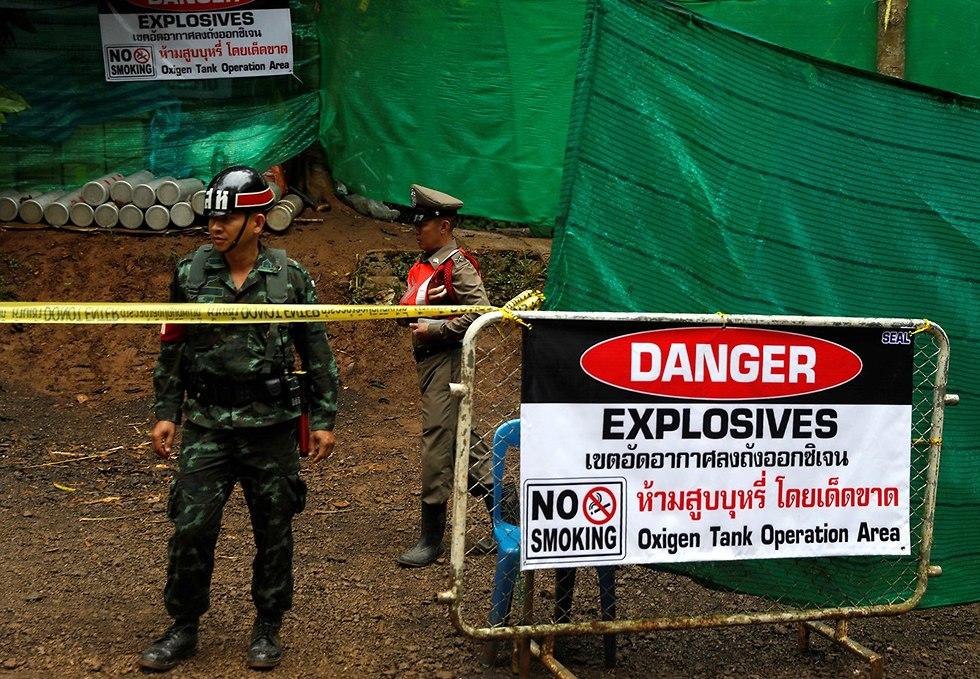 הכנות לחילוץ הנערים מהמערה (צילום: רויטרס)