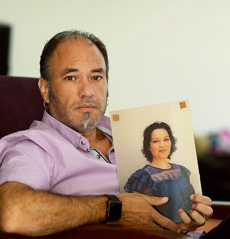 Илан Валенти с портретом покойной жены Сигаль. Фото: Таль Шахар