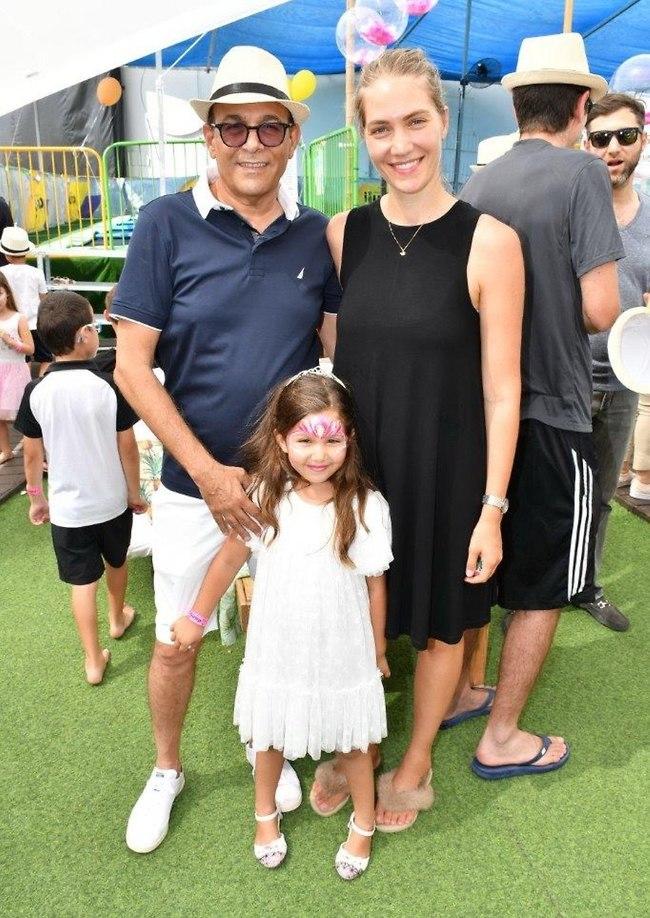 ככה חוגגים! ג'ני צ'רוואני, רוני מאנה והילדה אמילי (צילום: אביב חופי)