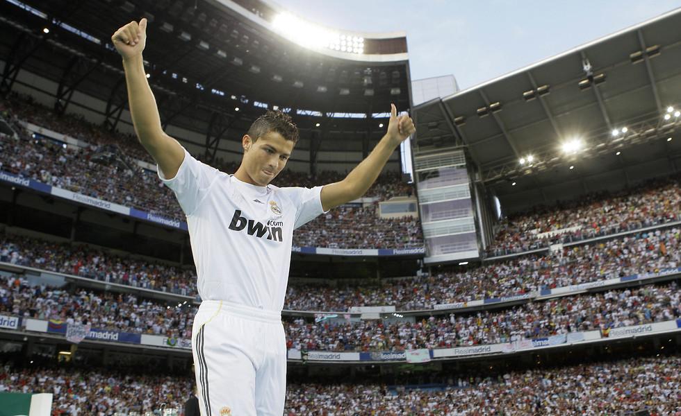 כריסטיאנו רונאלדו מוצג בריאל מדריד ב-2009 (צילום: AP)