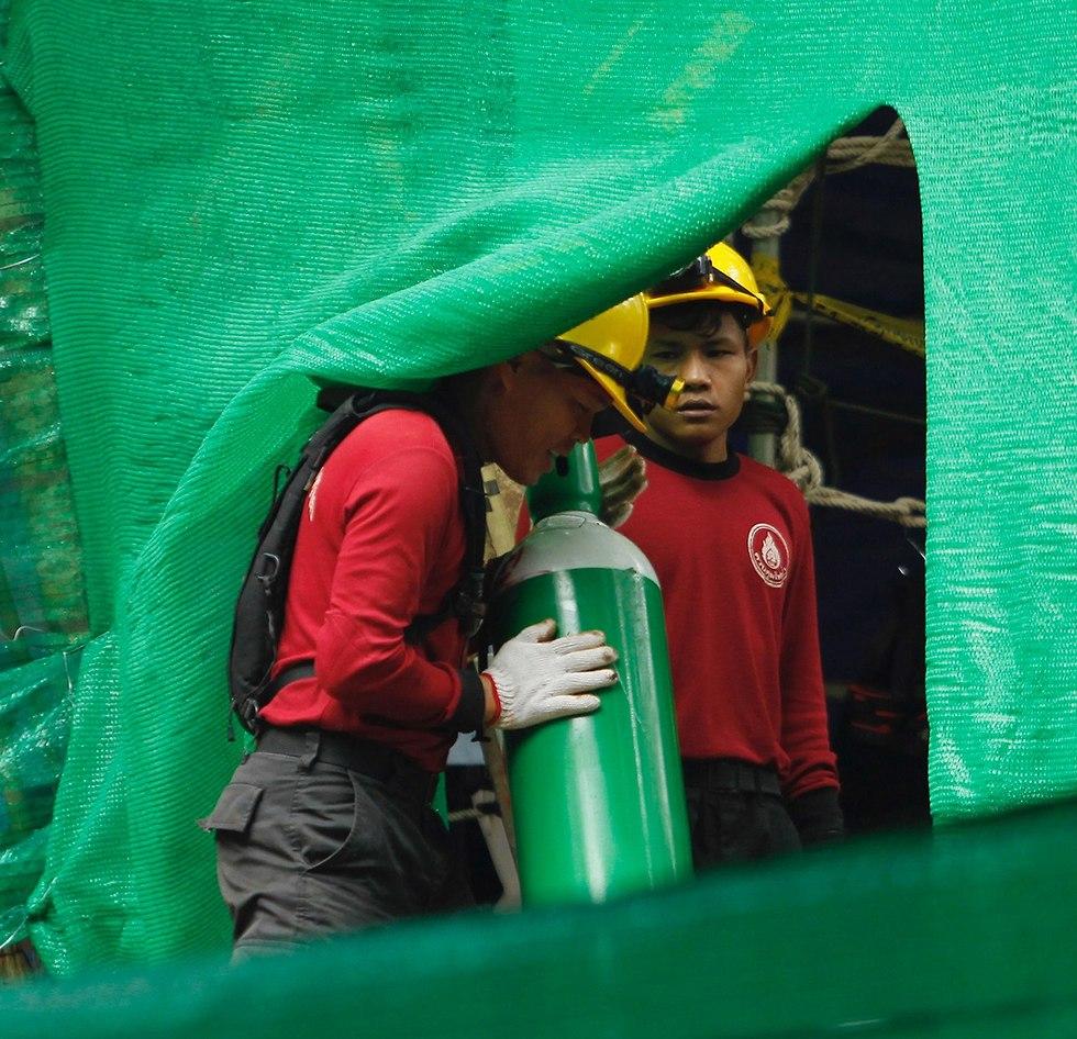Кислородные баллоны для спасателей и спасенных. Фото: EPA