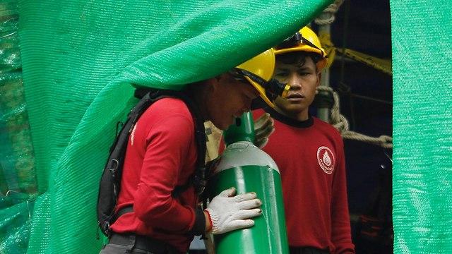 הכנות לחילוץ הנערים מהמערה (צילום: EPA)