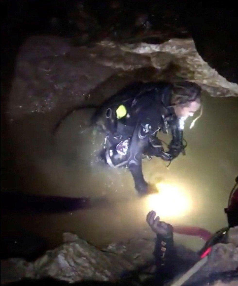 חילוץ הנערים מהמערה (צילום: רויטרס)
