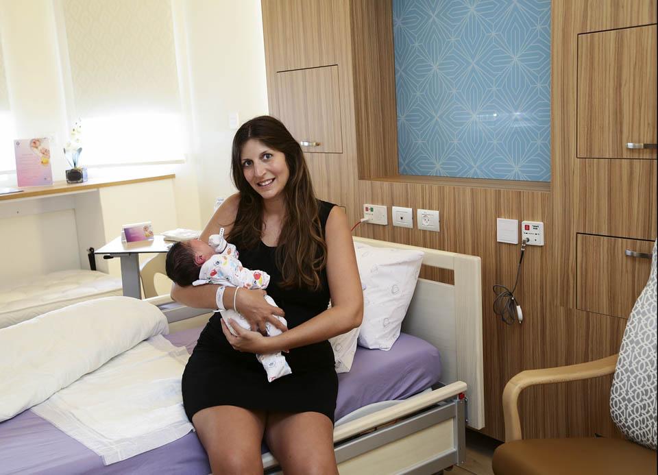Роженица с новорожденным в новой палате