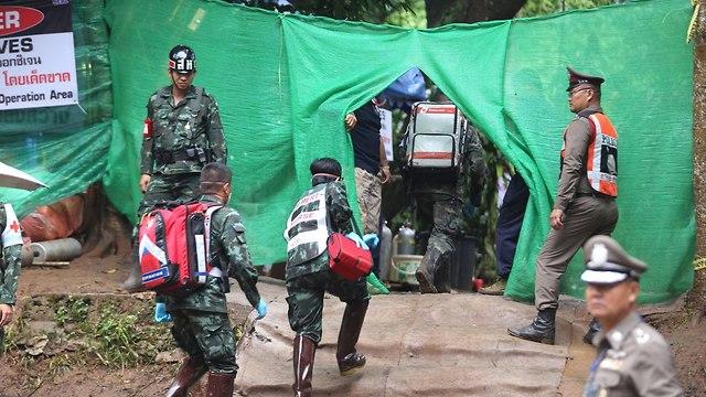 צוללנים בזירת החילוץ (צילום: AFP)