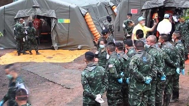צבא תאילנד מתכונן להעברת ילדים שחולצו מ מערה (צילום: EPA  )