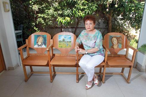 """דורית בביתה. את הציורים על הכיסאות ציירה דורית ז""""ל (צילום: אסף פרידמן)"""