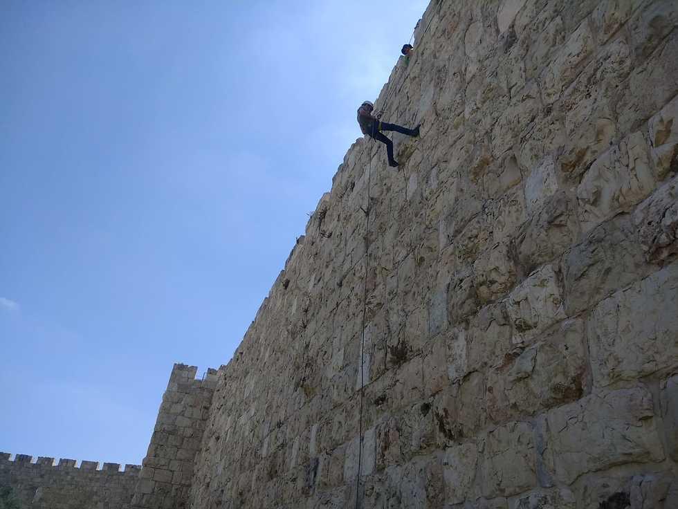 גלעד כרמלי בסנפלינג מטיילת החומות ()