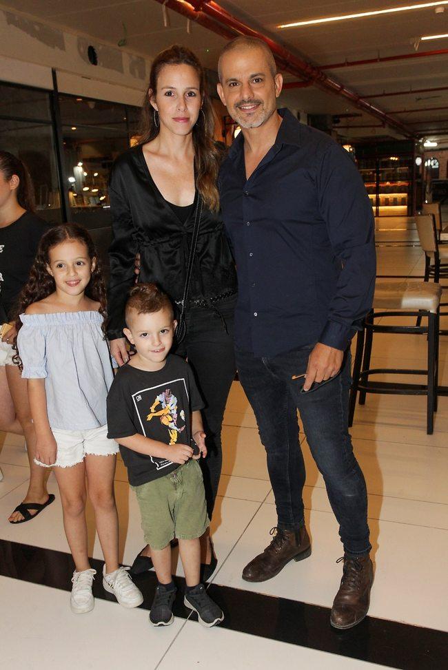 עם כל המשפחה. קובי מחט, אשתו ענת והילדים (צילום: רפי דלויה)