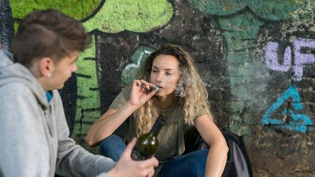 נערים שותים ומעשנים (צילום: shutterstock)