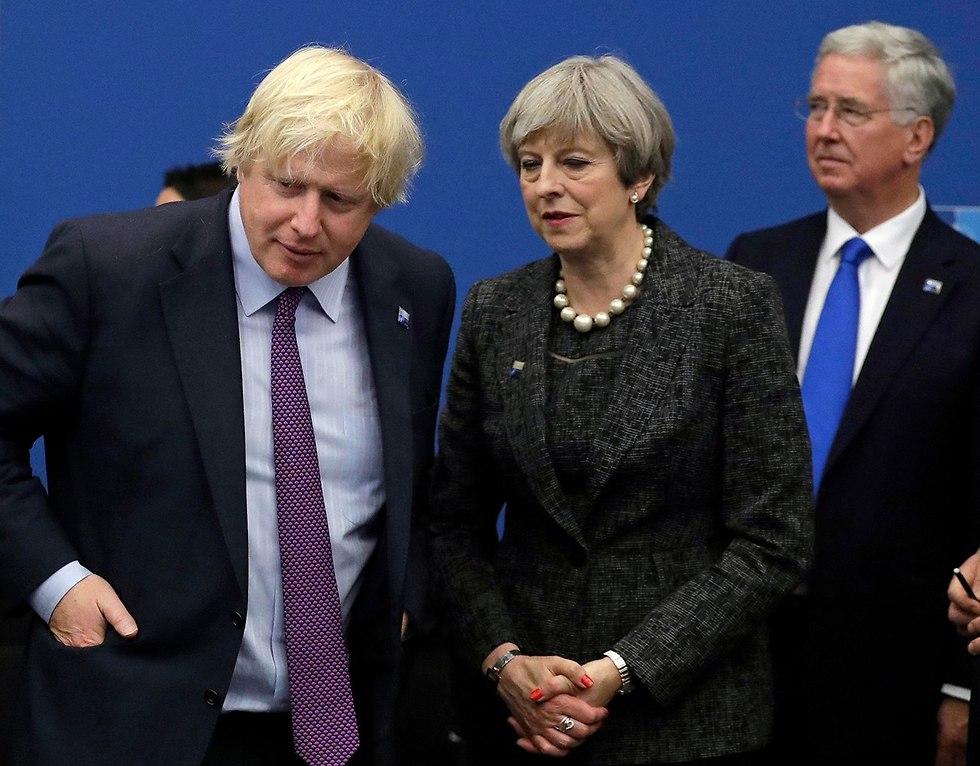 ראש ממשלת בריטניה תרזה מיי עם שר החוץ בוריס ג'ונסון  (צילום: AP)
