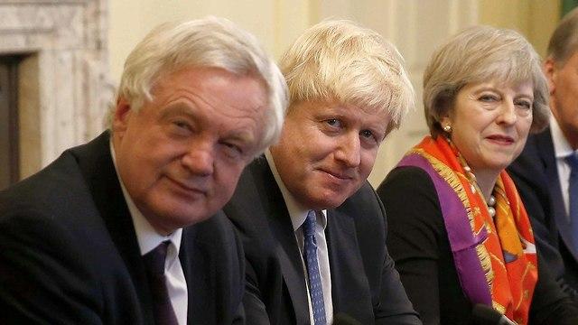 תרזה מיי עם השרים המתפטרים בוריס ג'ונסון ודיוויד דיוויס (צילום: AFP)