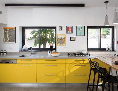 משטח העבודה ימוקם בין הכיור לכיריים כדי למנוע טפטופים ולהגדיל את הנוחות (עיצוב פנים: מאיה שיינברגר. צילום: שי אפשטיין)