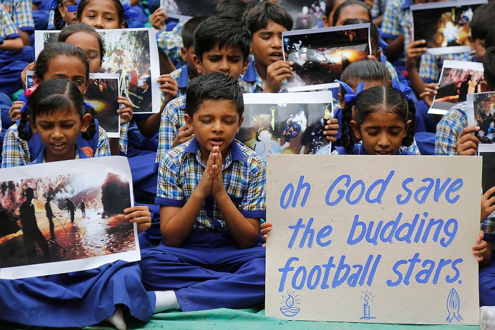 Молитва за спасение школьников. Фото: AP