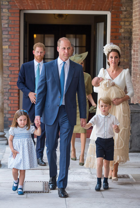 לבושים לפי כל כללי הטקס. קייט מידלטון עם הנסיך לואי, הנסיך וויליאם, הנסיך ג'ורג' והנסיכה שרלוט (צילום: Dominic Lipinski/GettyimagesIL)