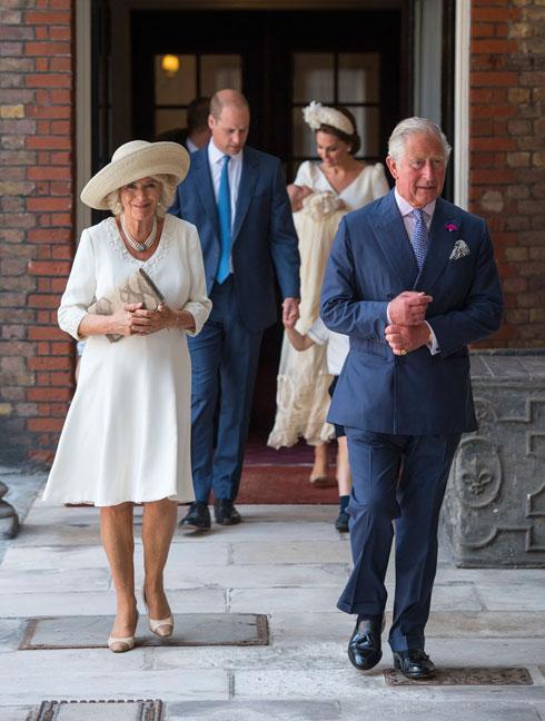 שמלה של מעצבת העילית הבריטית פיונה קלייר וכובע של לוק & קו. דוכסית קורנוול קמילה עם הנסיך צ'ארלס (צילום: AP)