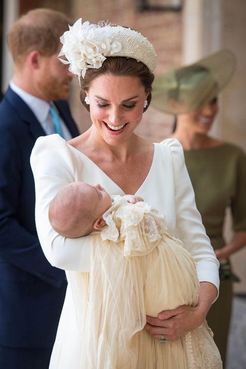 קייט מידלטון עם הנסיך לואי בטקס ההטבלה (צילום: AP)