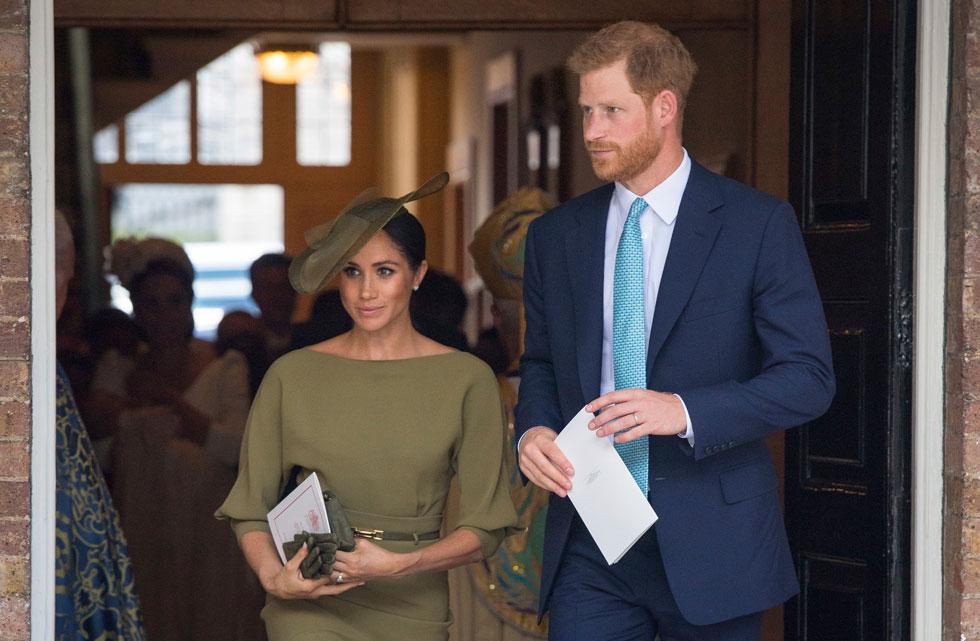 שמלה אלגנטית בצבע זית בתפירה אישית למידותיה בעיצוב בית האופנה האמריקאי ראלף לורן. מייגן מרקל עם הנסיך הארי (צילום: AP)