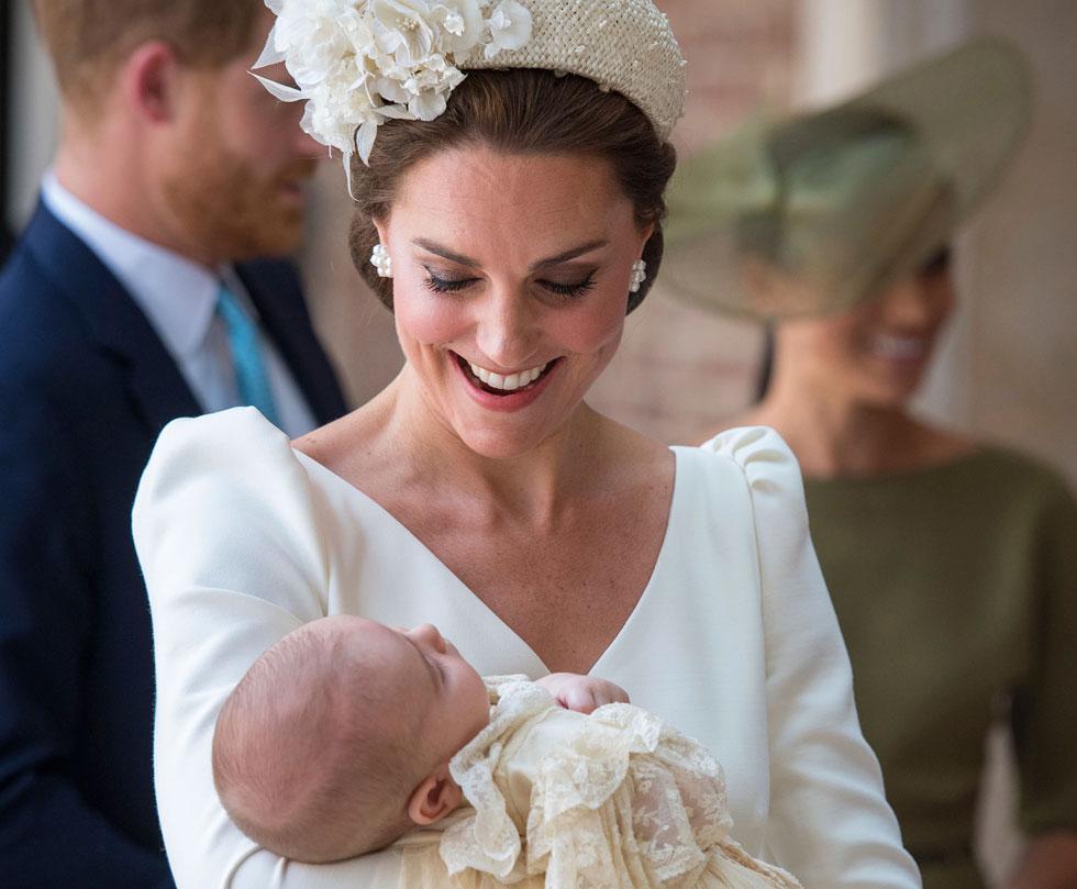 שומרת אמונים לבית האופנה אלכסנדר מקווין. קייט מידלטון והנסיך לואי (צילום: AP)