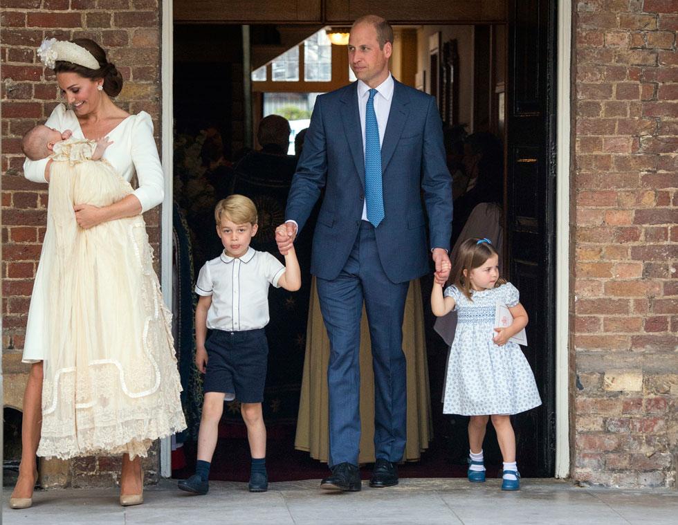 הנסיכים הצעירים ג'ורג' ושרלוט הולבשו בבגדי חג בצבעי כחול, לבן ותכלת, בהתאמה לצבע העניבה הבהיר של אביהם הנסיך וויליאם (צילום: AP)